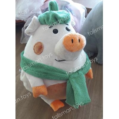 свинка с зеленым шарфом